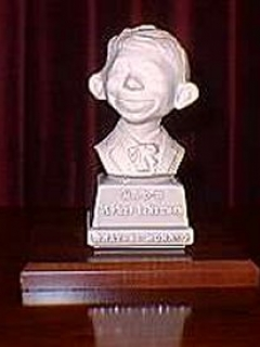 Bust 5 1/2' Alfred E. Neuman White on Grey Base • USA